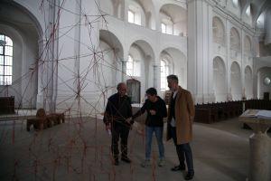 Der kommissarische Leiter des Kunstreferats des Bistums Würzburg, Künstlerin Gabi Weinkauf und Subregens Stefan Fleischmann (von rechts) begutachten die Kunstwerke der Installation.