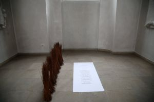 """Weidenbündel des Werks """"Standhaft"""" mit dem Gedicht """"Die Weiden"""" von Hugo Salus."""