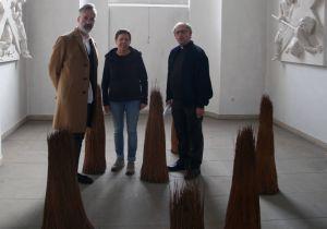 Der kommissarische Leiter des Kunstreferats des Bistums Würzburg Dr. Jürgen Emmert, Künstlerin Gabi Weinkauf und Subregens Stefan Fleischmann begutachten die Kunstwerke der Installation.
