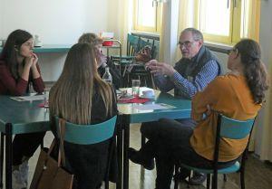 """Beim Projekt """"livebooks"""" stellten die Schüler der Beruflichen Oberschule Würzburg Fragen an Menschen, die als """"lebende Bücher"""" aus ihren außergewöhnlichen Lebensgeschichten erzählten."""