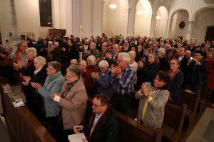 Mit minutenlangem Applaus quittierten die Zuhörer in der Michaelskirche die Ausführungen von Bischof em. Erwin Kräutler zur Amazonassynode.