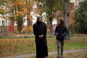 """Für das Format """"Frag den Mönch"""" interviewt Redakteurin Julia Martin regelmäßig Benediktinerpater Zacharias Heyes."""