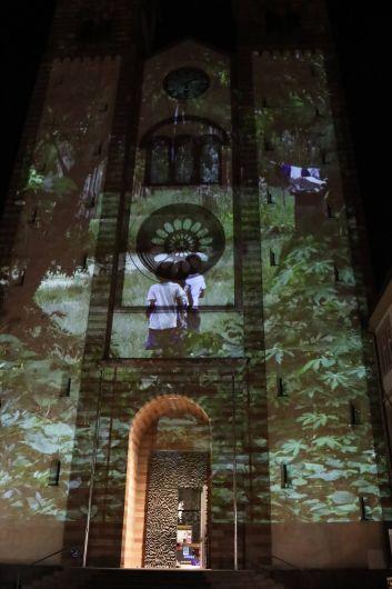 Die Fassade des Kiliansdoms wurde zur Leinwand für die Schönheit Amazoniens.