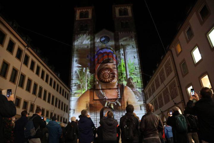 Eine große Menschenmenge betrachtete gebannt die illuminierte Domfassade.