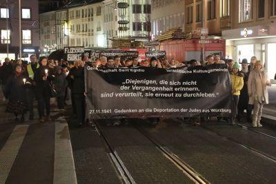 Rund 300 Menschen haben am Gedenken an die Deportation der Juden aus Würzburg vor 78 Jahren teilgenommen, die von der Gemeinschaft Sant'Egidio und der Israelitischen Kultusgemeinde organisiert wurde.
