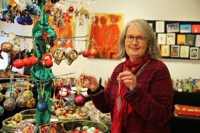 Maria Sauter ist für den Weihnachtsmarkt im Weltladen zuständig.