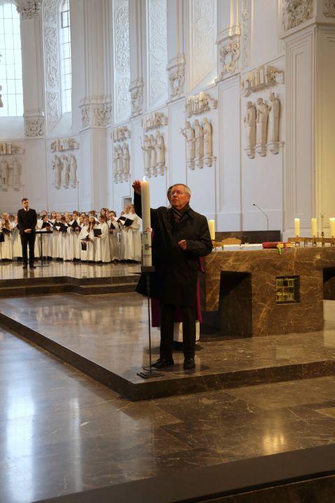 Karl-Peter Büttner nimmt als ZdK-Mitglied an den Sitzungen des Synodalen Wegs teil. Der langjähriger Vorsitzende des Diözesanrats der Katholiken im Bistum Würzburg entzündete im Gottesdienst die Kerze mit dem Signet des Synodalen Wegs.