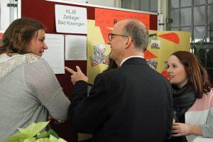 Vor der Veranstaltung informierte sich Bischof Dr. Franz Jung über die eingereichten Projekte.