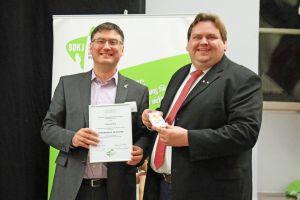 Für seine Verdienste um die Jugendarbeit wurde Peter Gehring (rechts), Leiter des Jugendhauses Thüringer Hütte, von Bernhard Lutz mit dem Ehrenkreuz des BDKJ in Silber ausgezeichnet.