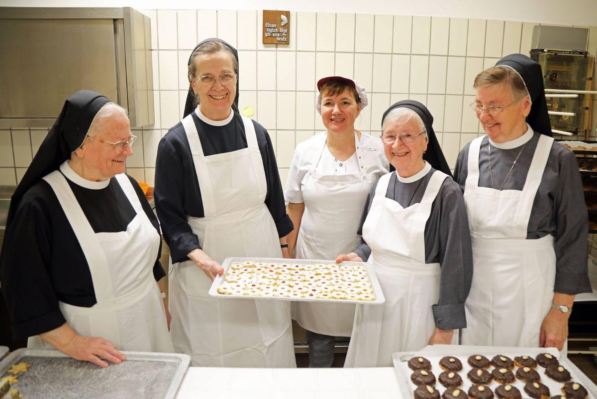 Freuen sich schon darauf, den Mitschwestern mit den Plätzchen eine Freude zu machen (von links): Schwester Laurentiana, Schwester Gertrudis, Hauswirtschafterin Monika Kaufmann, Schwester Edeltraud und Schwester Elisabeth.
