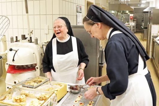 Schwester Laurentiana (links) und Schwester Gertrudis sind für die Terrassen-Plätzchen zuständig.