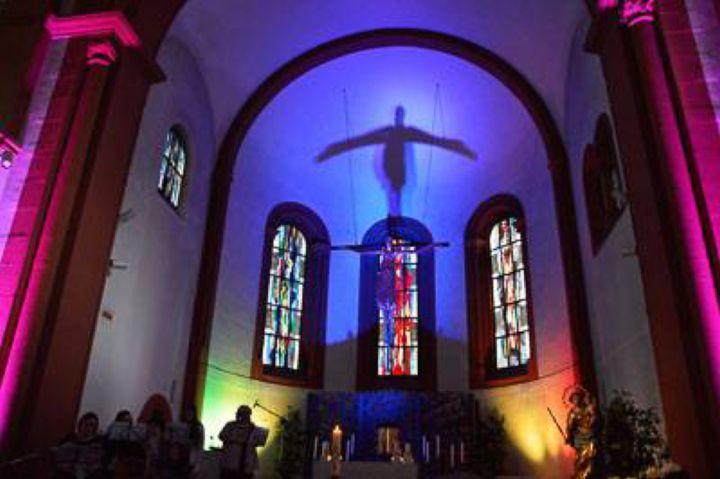 """Stimmungsvoll beleuchtet ist die Mutterhauskirche er Erlöserschwestern beim """"Osterlieder singen, schmettern, jubeln"""" am 28. April. Dabei wurden 500 Euro Spenden für Tansania gesammelt."""