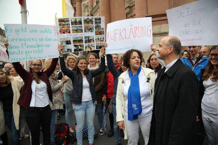 """Rund 150 Personen nehmen an der Mahnwache im Rahmen der Aktion """"Maria 2.0"""" vor dem Würzburger Neumünster teil. Bischof Dr. Franz Jung sagt, er verstehe den Protest als Ausdruck echter Sorge um eine gute weitere Entwicklung der katholischen Kirche."""