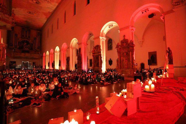"""Bei der ökumenischen """"Nacht der Lichter"""" am 23. November im Würzburger Kiliansdom singen, beten und schweigen rund 1500 Personen gemeinsam."""