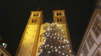 Der weihnachtlich beleuchtete Würzburger Kiliansdom.