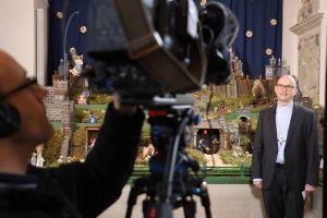 Für die diesjährige Weihnachtsansprache stand Bischof Dr. Franz Jung in Salz (Landkreis Rhön-Grabfeld) an der Krippe der Pfarrkirche vor der Kamera.