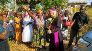 Bischof Dr. Franz Jung besucht im Juli 2020 erstmals das tansanische Partnerbistum Mbinga. Ein herzlicher Empfang wie hier für Weihbischof Ulrich Boom bei seinem Aufenthalt in Makwai Anfang August 2019 gehört dazu.