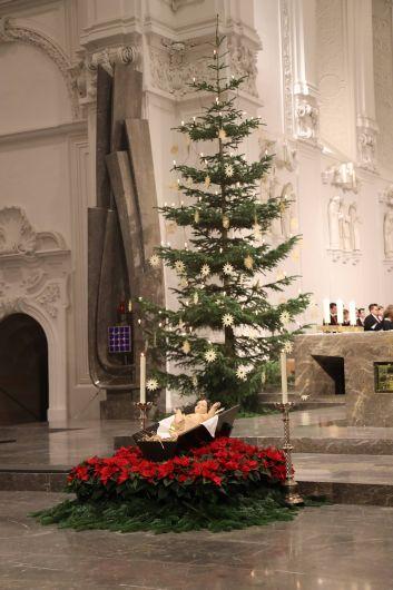 Bischof Dr. Franz Jung feierte an Heiligabend, 24. Dezember, im Würzburger Kiliansdom mit den Gläubigen die Christmette.