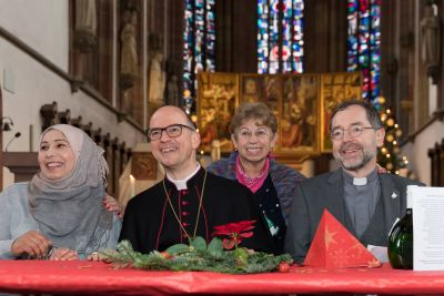 Bischof Dr. Franz Jung (2. von links) feierte am ersten Weihnachtsfeiertag, 25. Dezember, mit Gästen der Gemeinschaft Sant'Egido in der Würzburger  Marienkapelle Weihnachten.
