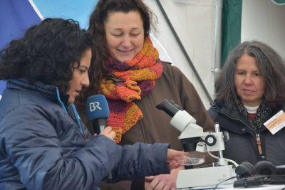 Beeindruckt von der Vielfalt des Bildungsangebots im Schullandheim und Jugendhaus Thüringer Hütte zeigte sich Moderatorin Irina Hanft (links). Die Mitarbeiterinnen Sybille Ziegler und Christiane Jakob-Seufert hatten sogar ein Mikroskop mitgebracht.