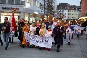 Bei der diözesanen Aussendungsfeier der Sternsinger zogen rund 200 Sternsingerinnen und Sternsinger mit ihren Begleitern durch Würzburgund feierten ein Abendgebet mit Bischof Dr. Franz Jung.