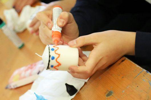 Kerzen kunstvoll verzieren, auch das konnten die Teilnehmer bei den Workshops.