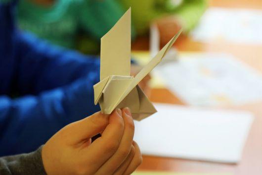 Bei den Workshops falteten die Teilnehmer unter anderem Friedenstauben aus Papier.