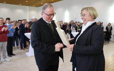 MAV-Vorsitzende Dorothea Weitz überreichte Generalvikar Thomas Keßler ein Brotzeitbrett.