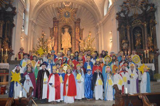 Schon einen Tag früher als die anderen Sternsinger, machten sich die jungen Freiwilligen von St. Luzia in Pflaumheim (Dekanat Aschaffenburg West) auf den Weg. Auch am 5. Januar konnten sie schon reiche Spenden für Kinder im Libanon und den Frieden in der Welt sammeln.