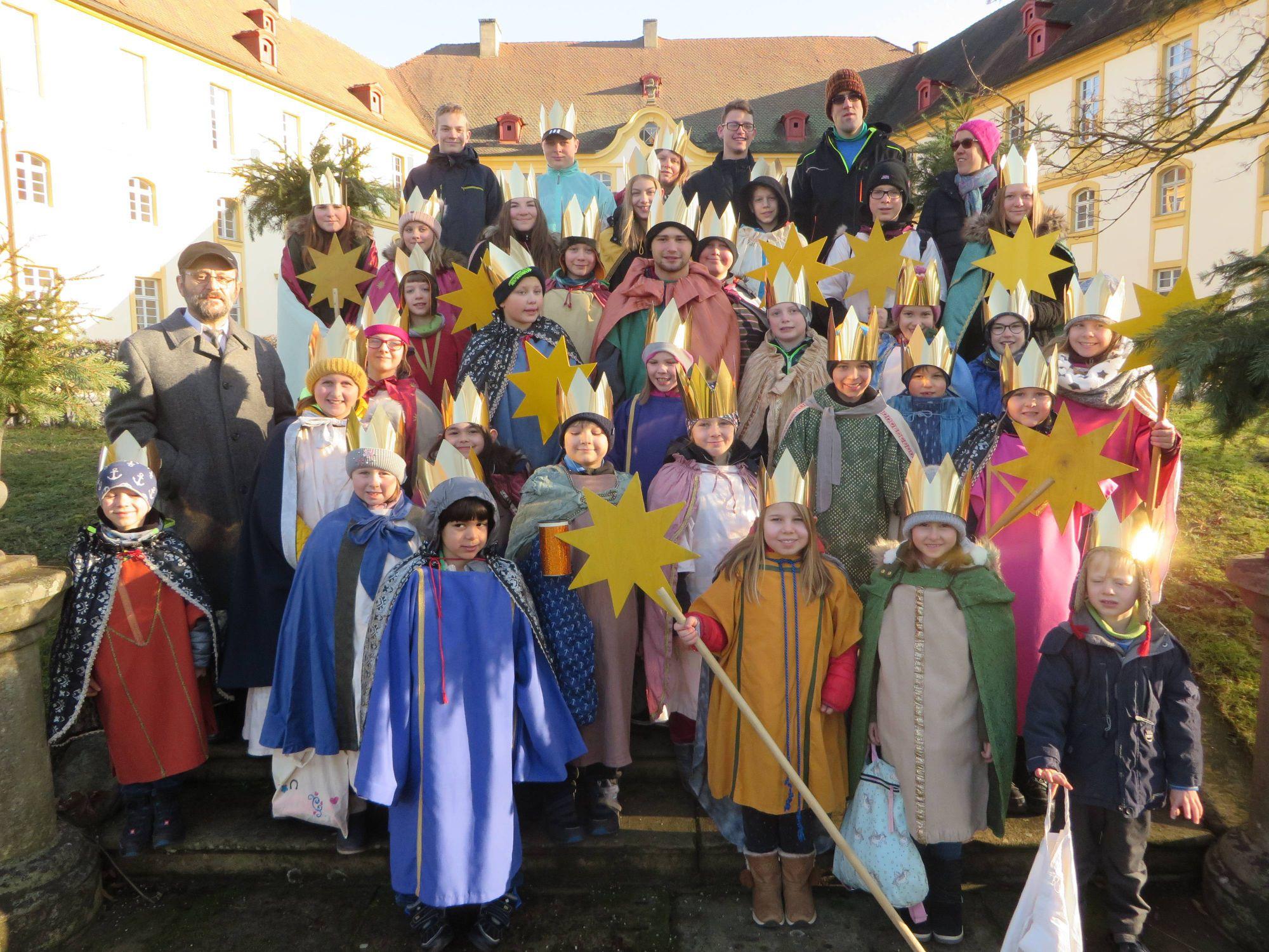 """Dieses Jahr machten sich 30 ökumenische Sternsinger auf, in Rentweinsdorf (Dekanat Haßberge) den Neujahrssegen weiterzutragen. Die Spenden der Gemeinschaftsaktion gehen dieses Jahr unter anderem an das Projekt """"Lifegate"""" in Bethlehem."""