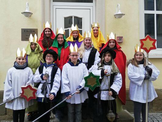 """Die zwölf Sternsinger der Pfarrei St. Wolfgang in Hausen (Dekanat Lohr) sammelten unter dem Leitwort """"Segen bringen, Segen sein"""" Spenden für den Frieden auf der Welt."""