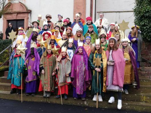Die Sternsinger der Pfarreiengemeinschaft Sodenberg (Dekanat Karlstadt) wurden in großer Zahl mit dem Segen entsandt. Mit dabei waren Kinder aus den Pfarreien Michelau an der Saale, Aschenroth-Neutzenbrunn, Gräfendorf, Schonderfeld, Weickersgrüben und Wolfsmünster.