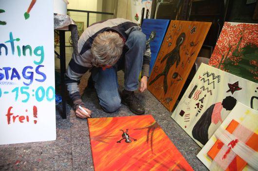 Thomas Pupkulies beim Signieren seines Werks.