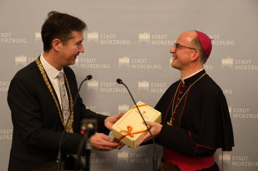 Bischof Dr. Franz Jung war Hauptredner beim Neujahrsempfang der Stadt Würzburg am Sonntag, 12. Januar 2020, im Rathaus. Oberbürgermeister Christian Schuchardt (links) dankte ihn mit einem Weinpräsent.