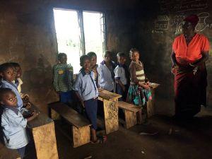 Die Ausstattung der Schule in Emekutu ist spärlich. Als Tafel dient eine schwarz angemalte Wand.