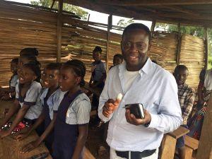 Pfarrer Dr. Blaise Okpanachi besucht ein Klassenzimmer der aktuellen Schule.
