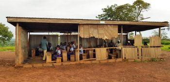 So sehen die Klassenzimmer in der derzeitigen Schule aus. Es gibt weder Toiletten noch ein Lehrerzimmer, geschweige denn Computer.