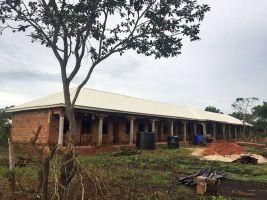 Der Rohbau der neuen Grundschule. Die Spenden aus der Pfarreiengemeinschaft Oberthulba fließen zu 100 Prozent in das Projekt.