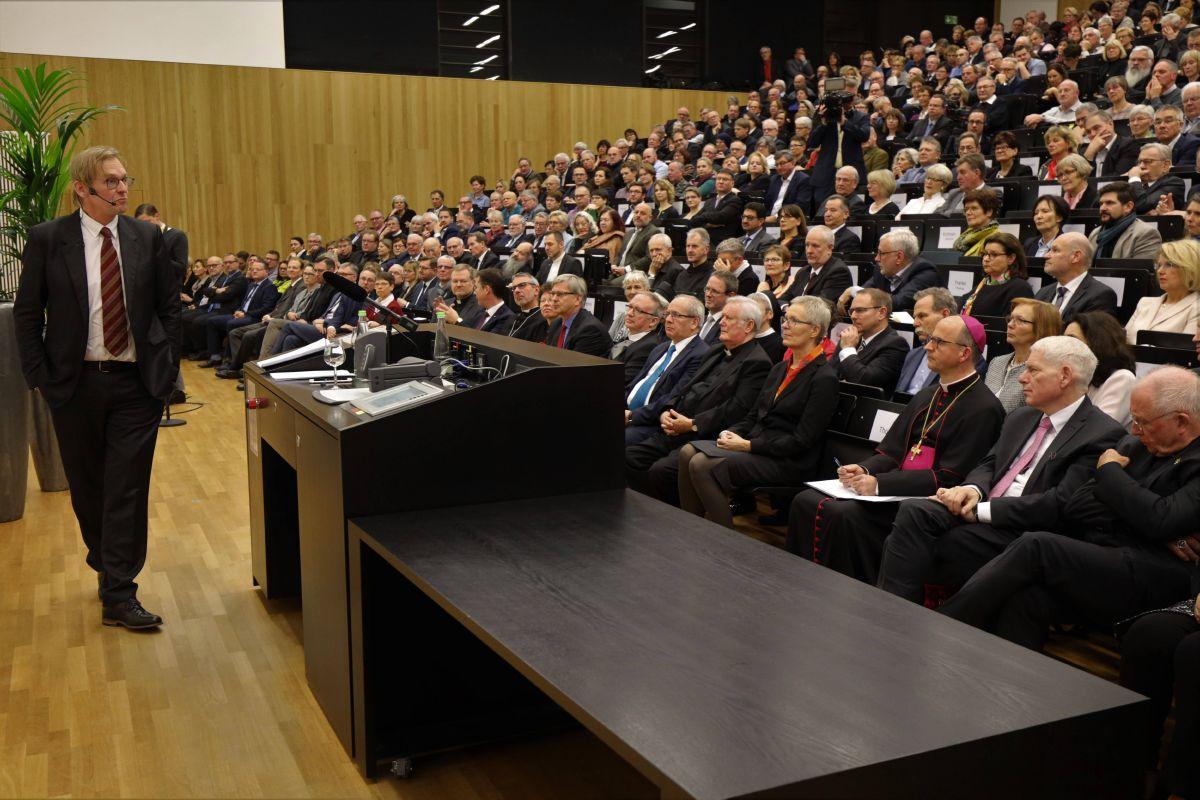 Professor Dr. Dieter Thomä verstand es, mit seinem Vortrag zu unterhalten und zugleich Denkanstöße zu geben.