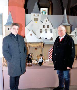 Pfarrer Simon Mayer und Manfred Goldkuhle freuen sich über die neue Krippe. In diesem Jahr sollen noch allerlei technische Spielereien eingebaut werden, um die Krippe zu einem echten Erlebnis zu machen.