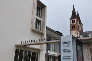 """Im Schatten des Kiliansdoms: Das Angebot """"Theologie im Fernkurs"""" ist im Burkardushaus beheimatet."""