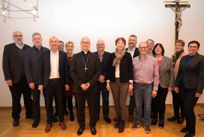 """Bischof Dr. Franz Jung hat sich mit den Mitgliedern der Arbeitsgemeinschaft """"Organisationsentwicklung und Gemeindeberatung"""" zum Austausch im Bischofshaus getroffen. Es fehlt Dr. Klaus Roos."""