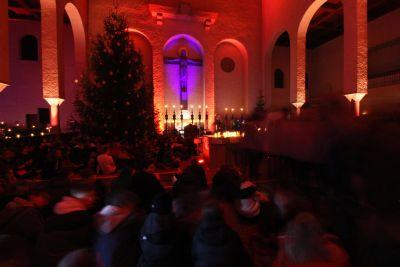"""Mehr als 550 Jugendliche haben bei der """"Nacht der Versöhnung"""" in der Abteikirche Münsterschwarzach ihren Glauben gefeiert."""