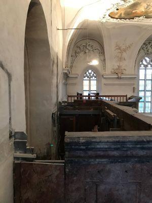 Statt des historischen Orgelprospektes aus der Barockzeit erblicken Gottesdienstgemeinde und Touristengruppen die letzten Überreste der alten Orgel, die nach dem Rückbau eine klaffende Lücke hinterlassen hat.