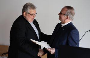 Generalvikar Thomas Keßler (rechts) überreichte Domkapitular Monsignore Dietrich Seidel die Dankesurkunde des Bischofs Dr. Franz Jung.