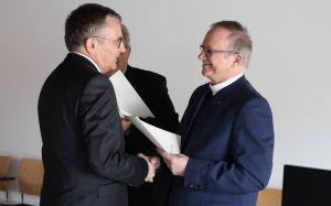 Generalvikar Thomas Keßler (rechts) überreichte Domkapitular Dr. Helmut Gabel die Dankesurkunde des Bischofs Dr. Franz Jung.