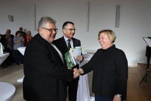 Im Namen der Mitarbeitervertretung dankte Dorothea Weitz den Domkapitularen Monsignore Dietrich Seidel (links) und Dr. Helmut Gabel.