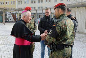 Bei der Begegnung im Burkardushaus kam Weihbischof Ulrich Boom mit den Soldaten und den Zivilbeschäftigten ins Gespräch.