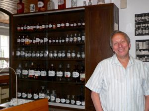 Apotheker Friedrich Karl Schumm führt kundig und charmant durch das von seiner Familie bestückte Museum. Die Ausstattung aus dem Privatvermögen wurde der Gemeinde Schonungen überlassen, die nun Eigentümerin ist. Betrieben wird das Museum von einer Initiative mit dem Namen Bürgerstimme.