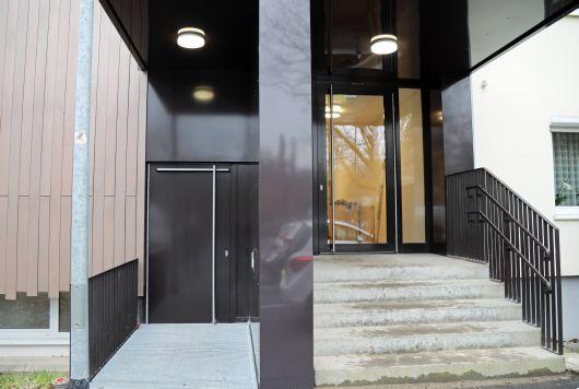 """Im Zuge des Umbaus bekam das Haus S auch einen Aufzug (links). """"Hier wird Inklusion gelebt"""", sagt Kirchenpfleger Ottmar Prell."""